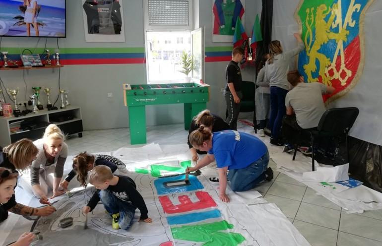 Kibice Miedzi Legnica uczyli młodszych fanów klubu malowania opraw